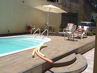 Casa residencial com todo conforto, churrasqueira, piscina, amplo quintal e etc.