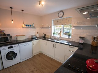Well equipped kitchen with dishwasher & washing machine