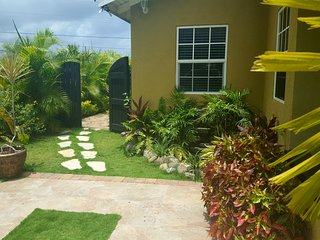 Villa BiancaJel, 8 mins from Ocho Rios, a/c, pool, mountain view