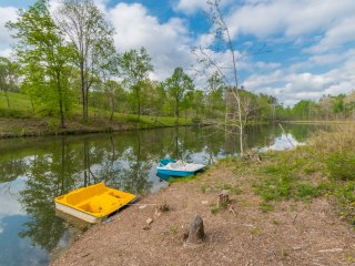 Waterside Escape: Complete Privacy, Fishing Pond and Paddle Boats, Game Room