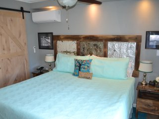 Pet Friendly Bayside Studio with kingsize bed, private entrance and kitchenette.