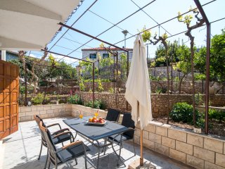 Apartments Omo 1 - A4-Two Bedroom Apartment With Terrace Garden View, Supetar