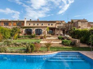 Casa estilo rústico con piscina privada