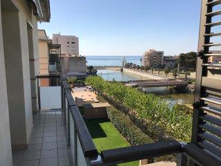 Apartamento con vistas al mar,alto, piscina comunitaria y muy familiar.