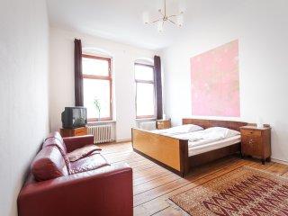 Behutsam sanierte Altbauwohnung mit neuem Wannenbad und großer Wohnküche