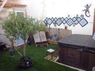 chambre blanche villa agreable avec jacuzzi entierement équipée, linge fourni