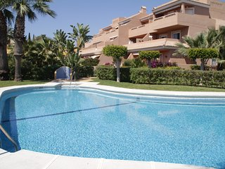 Apartamento zona naturista con terraza y piscina.