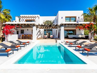 VILLA SWAN, delightful, modern, private villa with impressive sea views