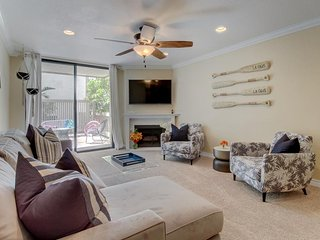 Gated condo w/ shared pool, hot tub, gym & putting green - walk to the beach!