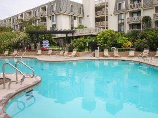 Gated condo w/ shared pool, hot tub, gym & putting green - walk to the beach!
