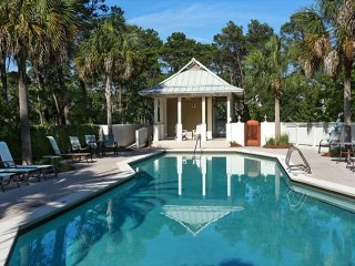 Spacious & modern home w/ shared pool near beach - snowbirds welcome!