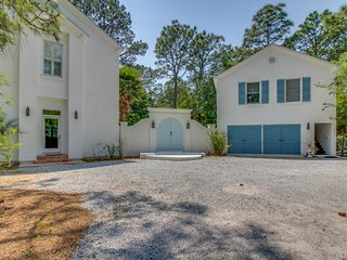 Sprawling upscale home w/ private pool minutes from beach - snowbirds welcome!