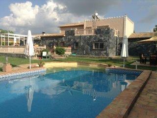 Villa en urbanización privada a 30 km de Sevilla
