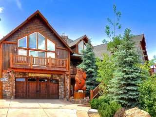 MIGHTY BEAR MANOR- Custom Three-Story Cabin, with Large View Decks and Game room