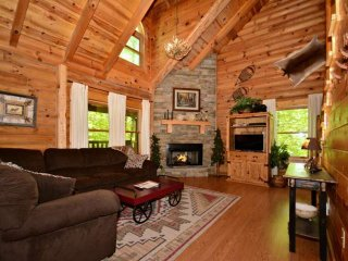 Haley's Hideaway Family Retreat! Mtn Views - Game Room & Jacuzzi, Pigeon Forge