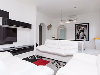 Stylish 4 Bedroom Apartment Close to Colosseum