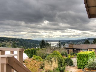 Top of Gig Harbor- stunning views of Mt. Rainier - sleeps 6