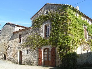 Character Village House in Vibrac near River Charente and Kayak Hire, Chateauneuf-sur-Charente