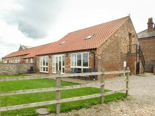 THE CART SHED, pet friendly, country holiday cottage, with a garden in York