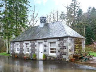 DUCK POND COTTAGE grounds of Cloncaird Castle, good touring base in Maybole, Ref