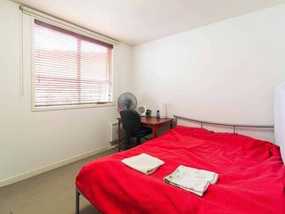 Large queen bedroom | Covered Park | 12 min to City | On the banks of the Yarra
