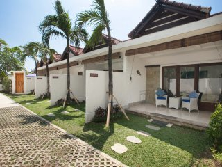 Villa Krystal - One bedroom - Huge share pool - Sanur