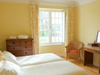The Yellow Bedroom - Clos Mirabel B&B
