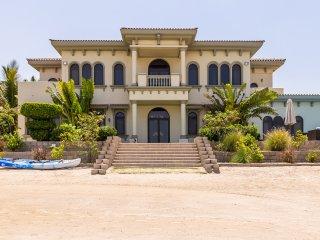 Palatial villa with private beach on Palm Jumeirah, Dubai