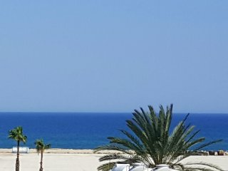Seaview 3 bed Town centre. Fully air conditioned. Downstair shops and restaurant, Larnaka City