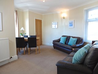 2 bed Apartment, walk to Torquay harbour & beaches