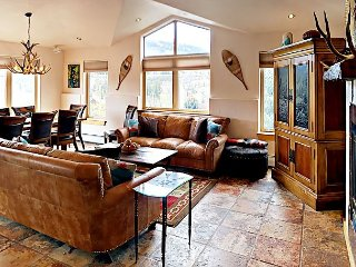 4BR Waterside Penthouse On Nottingham Lake- Mountain Views, Minutes to Skiing