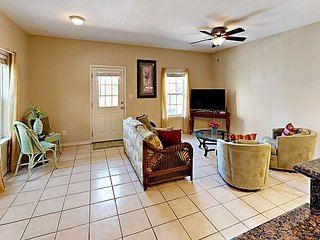 Fall Savings! 2BR Condo w/ Community Pool, 2 Minutes from Beach