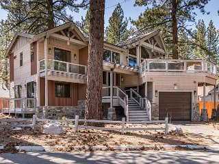 New Ski-centric 4BR in the Pines w/ Hot Tub – 10 Minutes to Heavenly, South Lake Tahoe