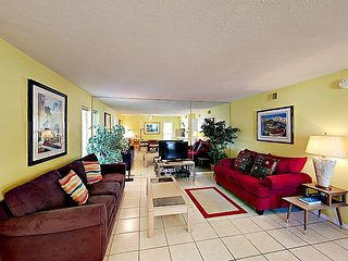 Walk 3 Minutes to Beach! Sunny 2BR Apartment w/ Screened Porch & Cozy Den