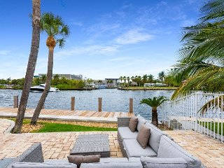 2BR Condo on the Intracoastal, Shared Pool, Walk to Beach