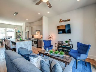 Chic, Brand-new Townhouse w/ Rooftop Deck & Downtown Views