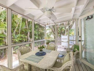 Sanibel Island Cottage w/ Lanai, Gourmet Kitchen, Outdoor Shower, Near Beach