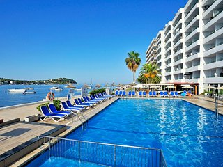 SANTA PONSA MODERN FRONT LINE 2 BEDROOM APARTMENT WITH AIR CON AND SWIMMING POOL