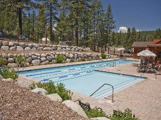 Townhouse in Popular Community – Hiking and Biking Out the Front Door, Truckee