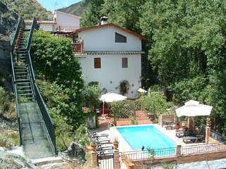 Cortijo la Mata secluded villa 5km from Granada,wifi and swimming pool