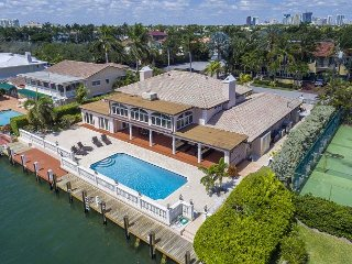 6BR Luxury Waterfront Estate – Gourmet Kitchen, Large Pool, Minutes to Beach