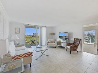 Sunny Corner Condo w/ Ocean View, Balcony, Pool, Gym, Beach Access