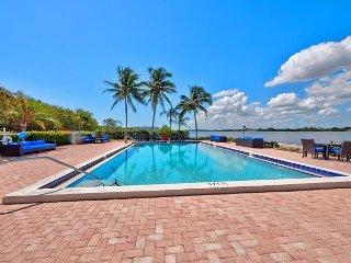 Sunny Corner Condo w/ Ocean View, Balcony, Pool, Gym, Beach Access