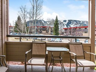 Aspen Mountain Condo, 3 Minutes to Shuttle - Pool, Hot Tub & Tennis