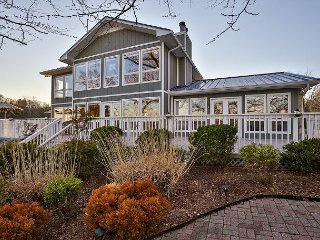 High-End Waterfront Lake House w/ Boat Dock – Close to Downtown Nashville