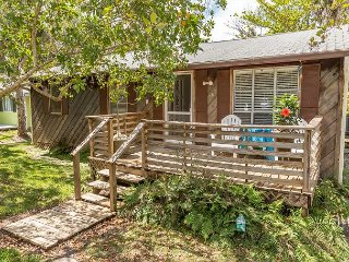 Breezy Sanibel Island Bungalow – Screened Porch & Bicycles for Guest Use