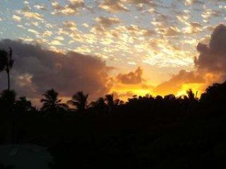 Une autre belle vue vers l'ouest de la véranda au coucher du soleil et un verre de champagne!