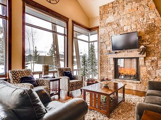 Luxe 3BR, 3.5BA w/ Private Hot Tub & Gourmet Kitchen - Near Skiing & Golf