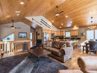 Gorgeous 4BR Home w/ Air Hockey, Large Deck & Tahoe-Donner Amenities