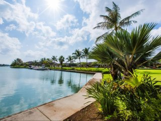 Modern Water Front Condo w/Gorgeous Views, A/C, Yard, & Shared Pool. Ohana Kai
